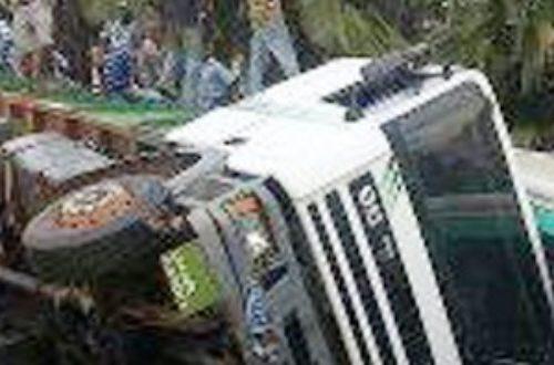 Article : Abidjan, un camion tombe du pont et percute un bus