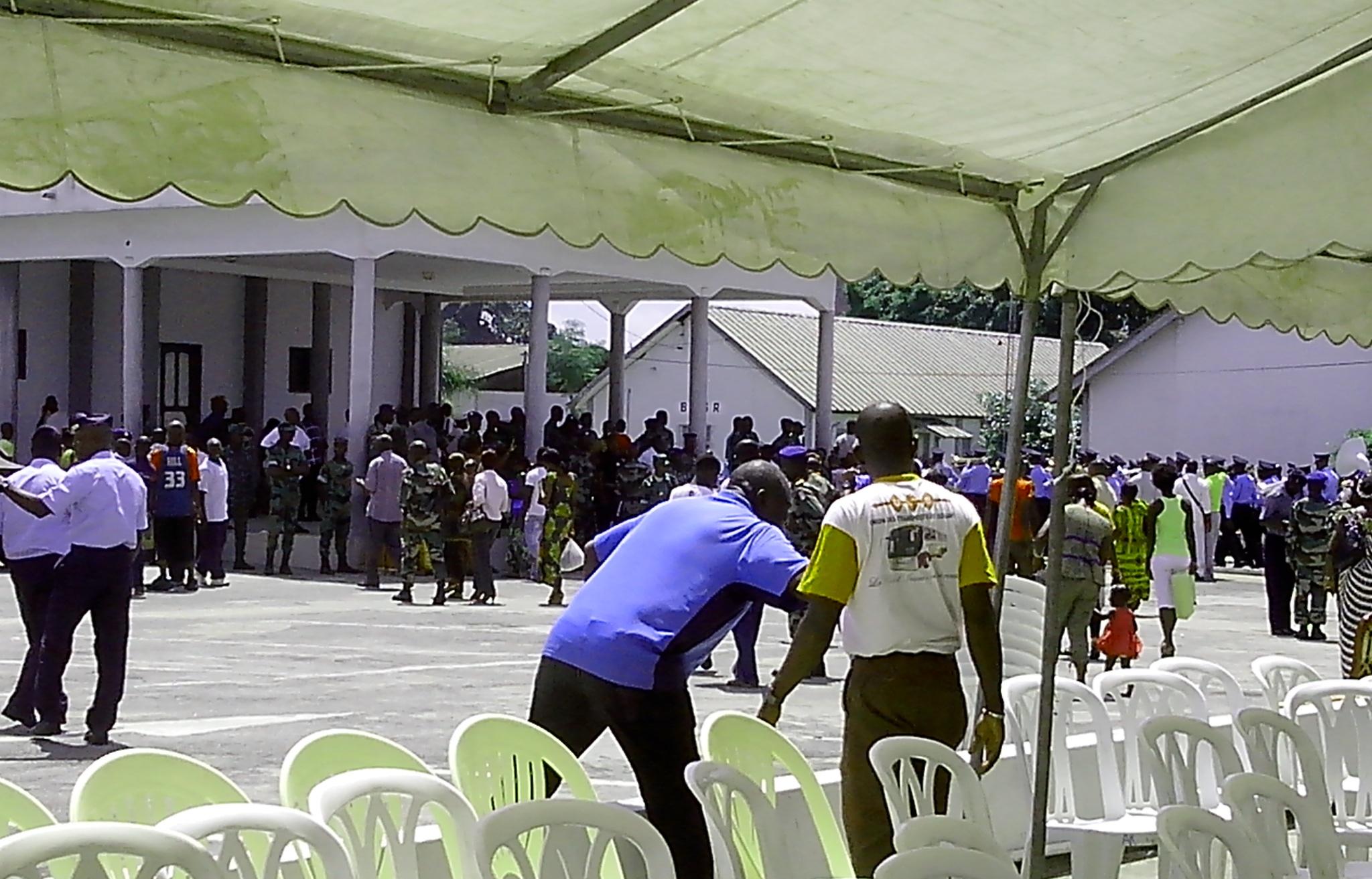 A la fin de la cérémonie, des parents et amis des soldats ivoiriens avaient presque les larmes aux yeux. (crédit photo: FBI)