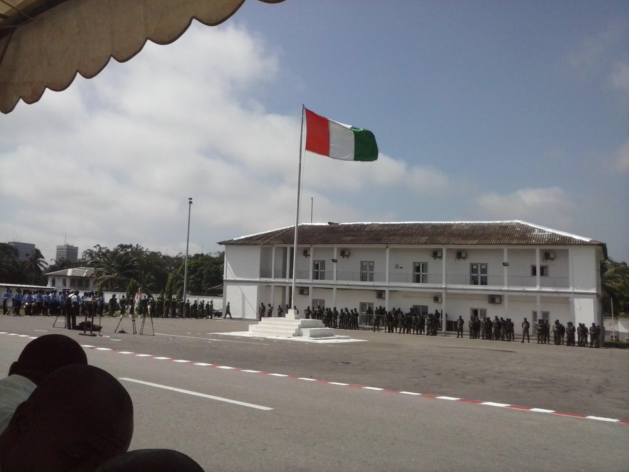 Les soldats autour du drapeau national, lors de la cérémonie officielle marquant le départ des soldats ivoiriens au Mali. (crédit photo: FBI)