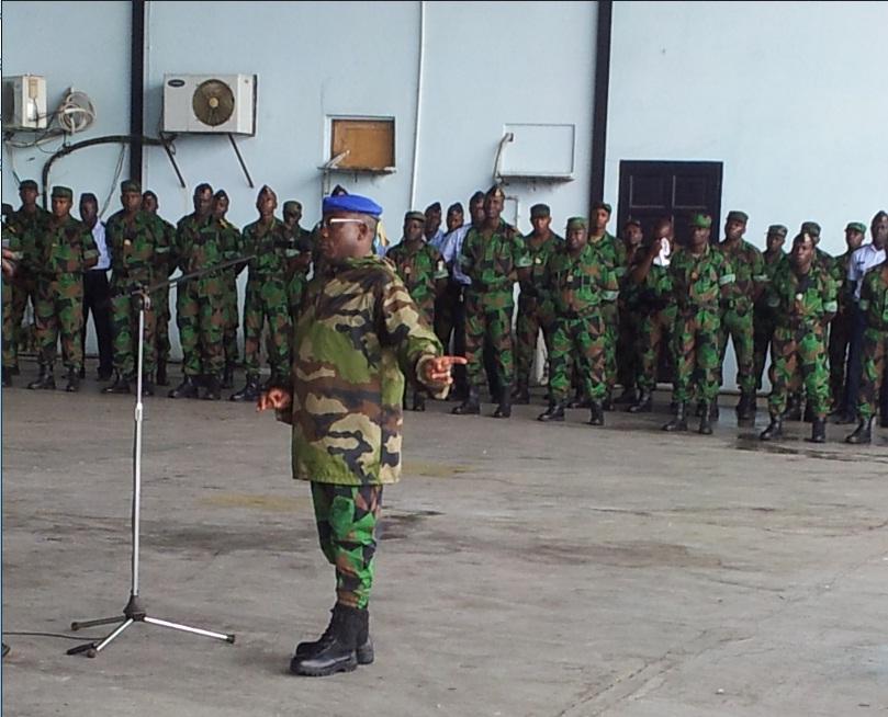 Le chef d'état-major général des FRCI, Soumaïla Bakayoko, devant ses hommes. crédit photo: connectionivoirienne