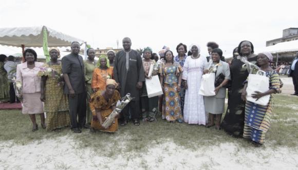 ministre de l`intérieur Hamed Bakayoko, en boubou au centre, a fait de nombreux dons aux mamans des 10 districts d`Abidjan.photo: DR