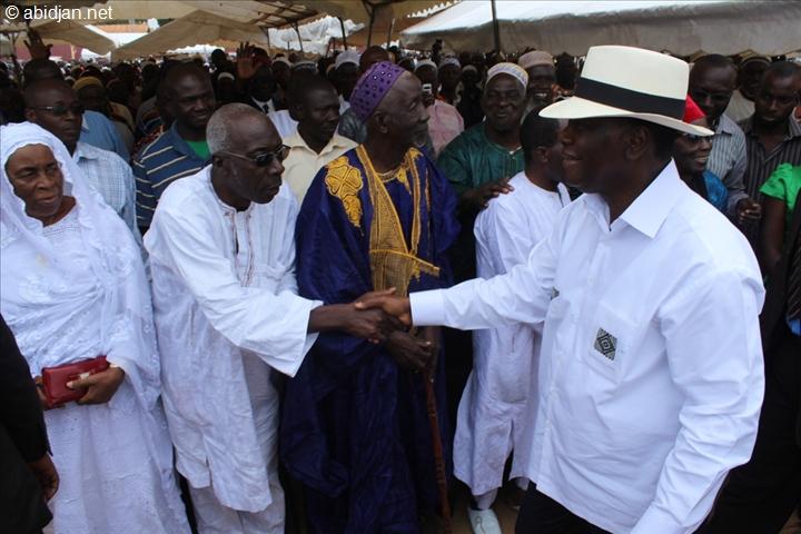 ADO saluant ses parents à Korhogo, lors de sa visite d'État dans le nord de la Côte d'Ivoire.
