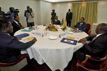 Les leaders politiques ivoiriens et le facilitateur Compaoré sur la table de négociation de l'APO. crédit photo: DR
