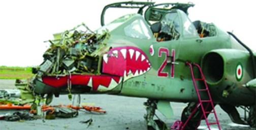 L'un des avions de guerre de Gbagbo detruit par la Force licorne, après le bombardement de leur position à Bouaké, le 6 novembre 2004. crédit photo: DR