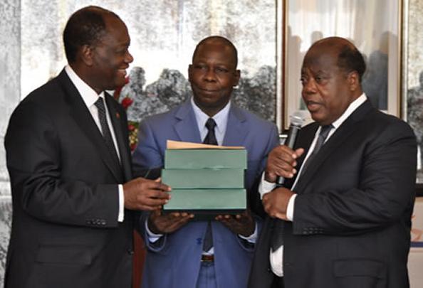 Le président de la CDVR, à l'extrême droite, remettant le rapport de son travail au président de la République, à l'extrême gauche. Ph: DR