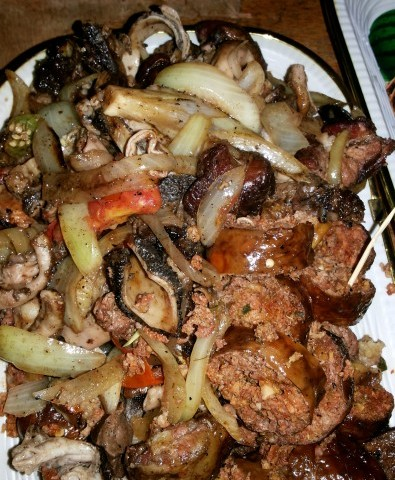 De la viande de mouton ou de bœuf, braisée à l'abattoir de Port-Bouët (Abidjan) / Ph Cyriac Gbogou