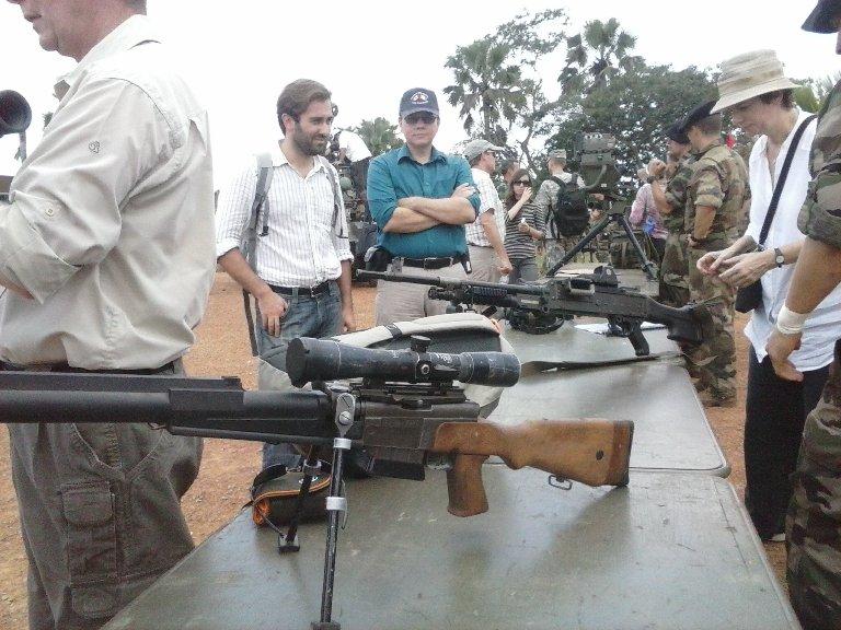 L'ambassadeur du Canada, Chantal de Varennes, prête à prendre une arme. Ph: FBI