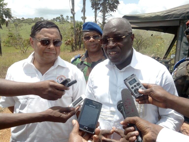 Le ministre ivoirien chargé de la Défense, répondant aux questions des journalistes, à la fin de la manœuvre. Ph: FBI