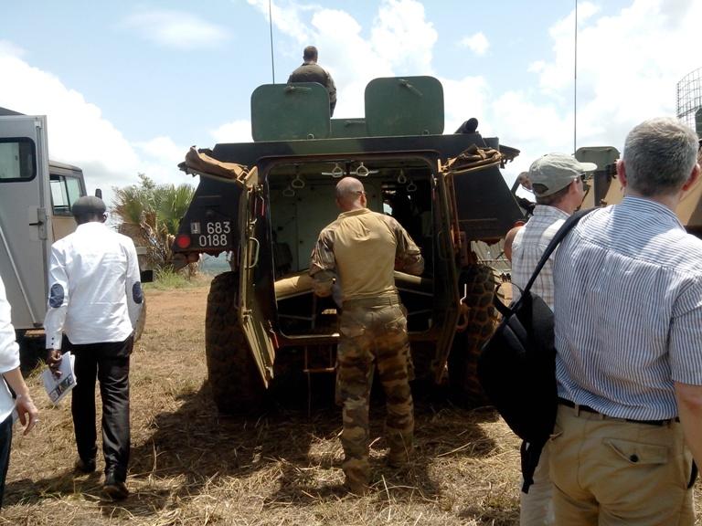 Arrivée des journalistes et diplomates, qui pour la plupart ont été transportés par char sur le champ de tir. Ph: FBI