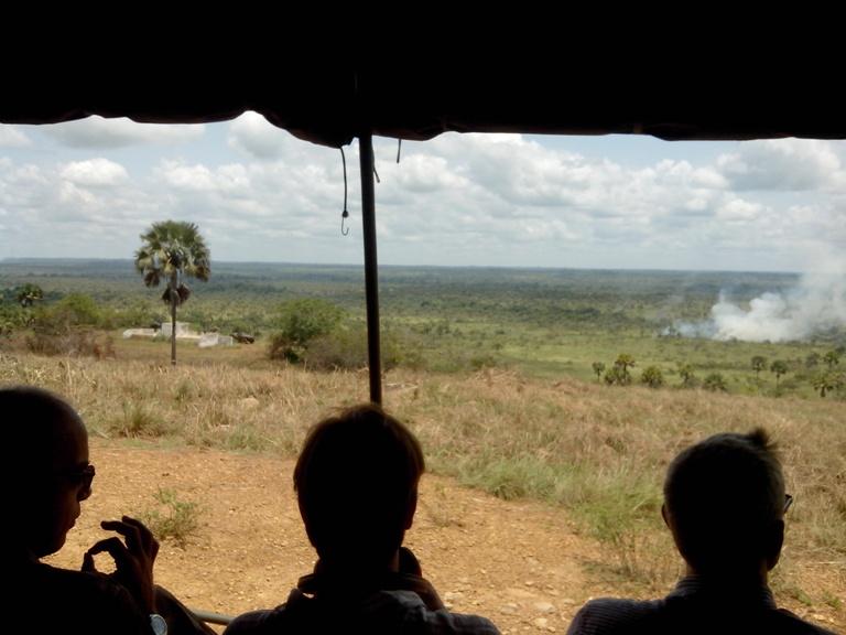 Avec des casques et jumelles, diplomates et journalistes assistent à la manœuvre militaire. Ph: FBI