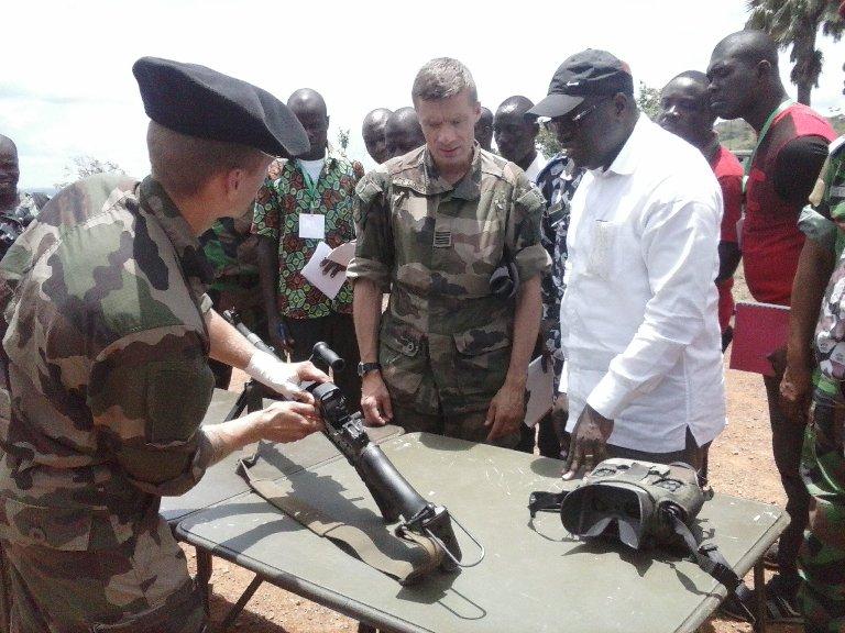 En compagnie du Commandant de la Licorne, le ministre ivoirien Paul Koffi, sous le charme de la démonstration. Ph: FBI