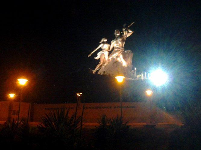 Le Monument de la Renaissance Africaine (MRA), la nuit à Dakar. © FBI