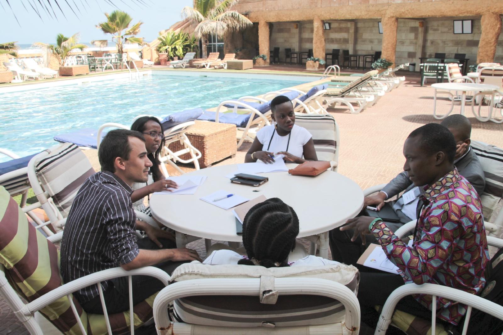 Les VIF ont formé des sous groupes pour travailler durant la session de préparation à Dakar. © Théo