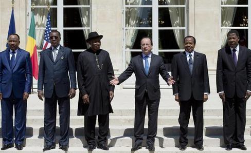 Les présidents nigérian, tchadien, camerounais, nigérien et béninois réunis autour de François Hollande. Ph: (AFP)