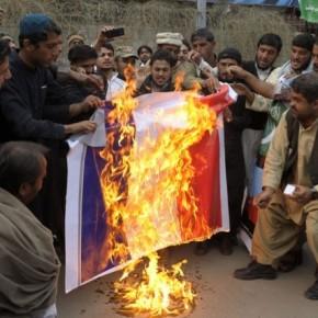 En guise de protestation contre la une de Charlie Hebdo  des drapeaux français ont été brûlés à Karachi. Ph: Rtl