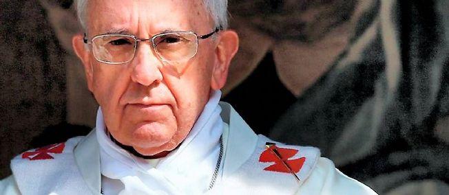 Le pape François a dénoncé la une des survivants de Charlie Hebdo. Ph: Afp