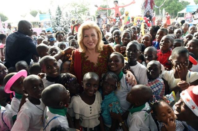 La Première dame ivoirienne entourée des enfants pendant la noël 2014. Ph: DR