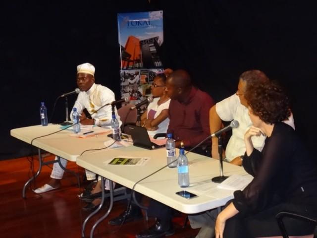 Au micro, pendant la conférence à FOKAL. © BRPC