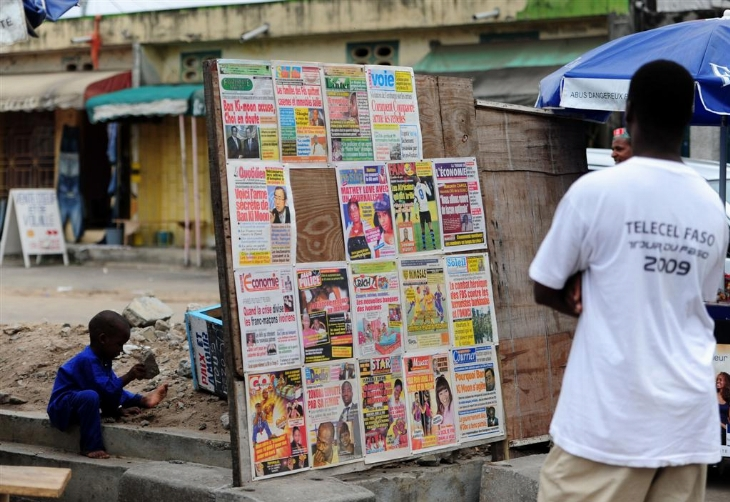 ABIDJAN, 1er mars 2011. Un homme devant un kiosque. Ph: Xinhua