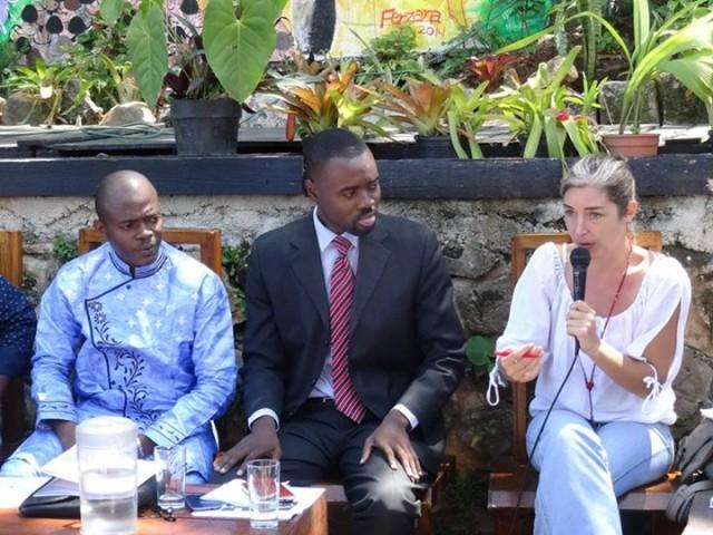 Amélie Baron, la doyenne des correspondants de presse internationale en Haïti, férue de tweeter, au micro © OIF-BRPC