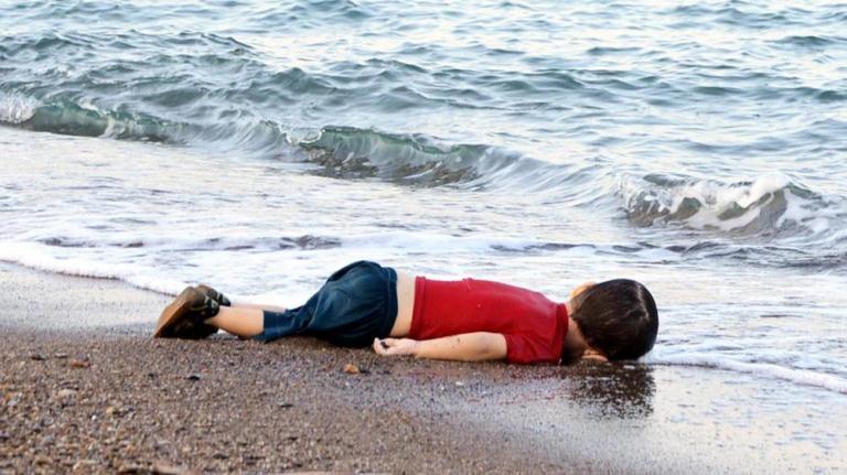 Un enfant syrien de 3 ans sur une plage à Bodrum (Turquie), après le naufrage de son embarcation à destination de l'île de Kos (Grèce), le 2 septembre 2015. (DOGAN NEWS AGENCY / AFP)